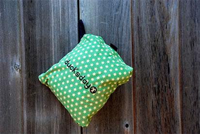 kombinezon można złożyć do małej torebki, która znajduje się wewnątrz nogawki