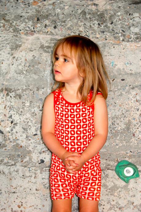 czerwona piżamka dla niemowlaka