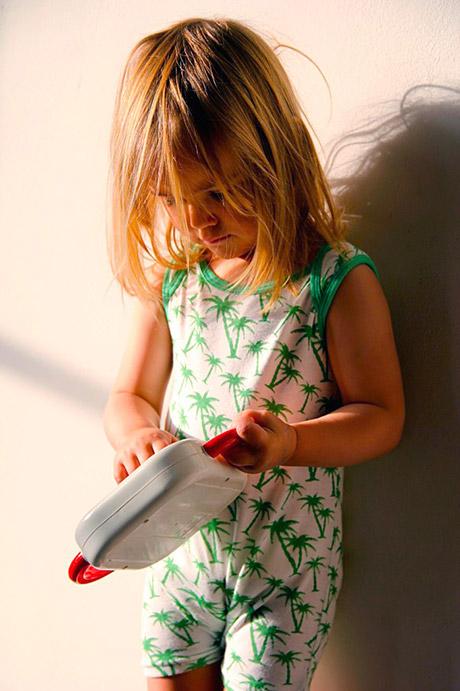 biała jednoczęściowa piżamka rampers dla niemowlaków w palmy
